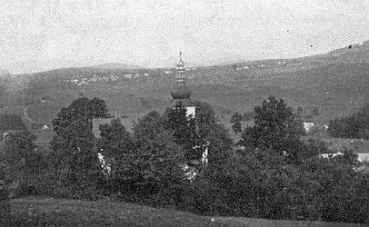Dva snímky O. Haase z roku 1940 zachycují Červené Dřevo s kostelem a vsí Liščí a vrchem Jezvinec na obzoru