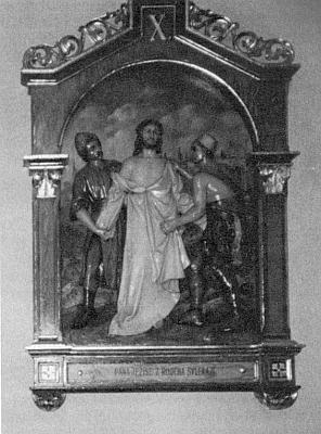Jediné, co se z kostela v Červeném Dřevě zachovalo dodnes, je řezbářsky provedená křížová cesta (1 metr vysoké reliéfy), dnes umístěná ve farním kostele Nejsvětější Trojice v Zavlekově blízko Nalžovských Hor