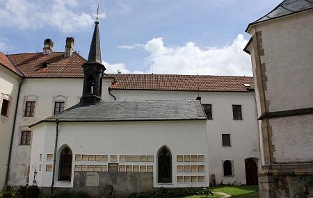 Klášterní hřbitov vyšebrodský s kaplí sv. Anny a obnovenými už (na snímku vpravo) náhrobními deskami se jmény zesnulých řádových bratří