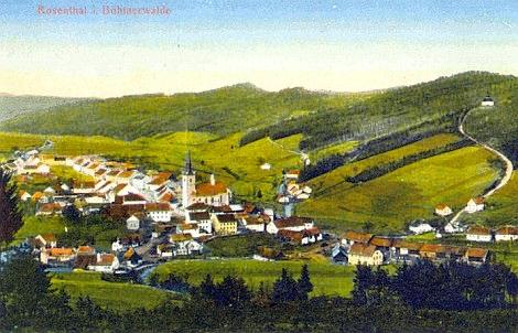 Rožmitál na Šumavě na staré pohlednici, vpravo nahoře se bělá dnes zaniklý poutní kostel