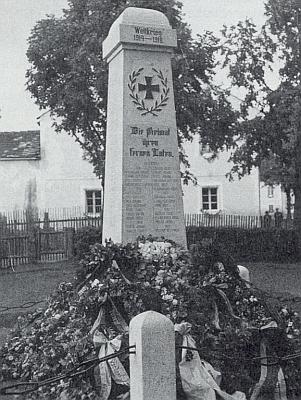 Památník padlým v první světové válce, který stával v jeho rodném Rožmitále na Šumavě