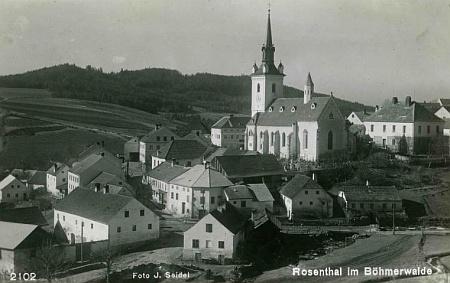 Pohlednice Josefa Seidela z Rožmitálu na Šumavě - vlevo je na ní zachycen Schmidtův rodný dům