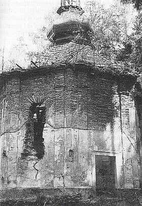 Snímek z roku 1988 s dosud nepropadlou střechou (viz i Hilde Hager-Zimmermannová a Alois Harasko)