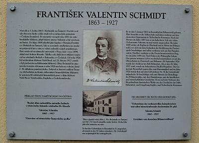 """Na místě rodného stavení stojí dům, kde je dnes """"obecní muzeum"""", s původní pamětní deskou (jejím autorem byl Friedrich Blumentritt) a informační tabulí"""