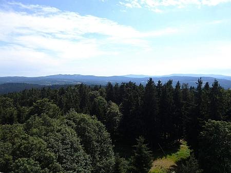 Rozhledna na Libíně na snímku z roku 2017 a pohled z ní na šumavské hřebeny jižním směrem