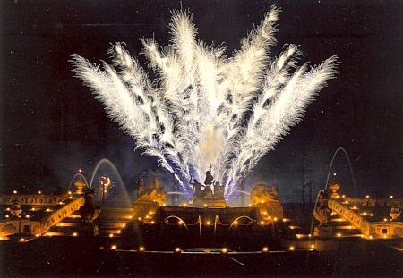 Ohňostroj u kaskádové fontány v českokrumlovské zámecké zahradě při zahradní slavnosti, konané shodou okolností v roce jeho skonu