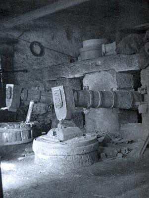 Interiér hamru (Hammermühle) u Srní na snímku zetřicátých let 20.století