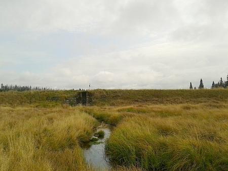 Hráze dvou dnes prázdných nádrží, využívaných při plavení dřeva - Rokytecké a Roklanské