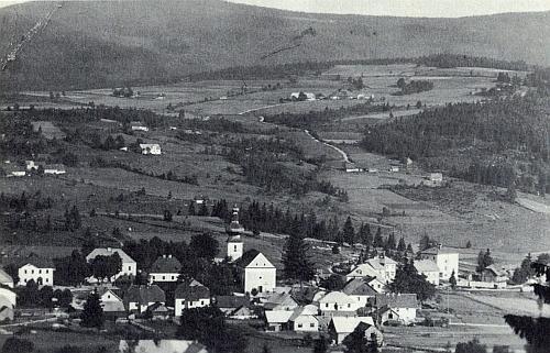 Dnešní Srní a Hrádky na snímku z doby někdy kolem roku 1940 - les v nich tenkrát zdaleka ještě nepanoval tolik jako dnes