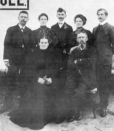 Na snímku učitelské rodiny Schmidovy před školou vBučině je zachycen Stephan Schmid stojící první zleva, vepředu sedí otec Engelbert Schmid s manželkou Domenikou, napravo od Stephana jeho sestra Maria, bratr Peter a sestra Aloisia s manželem (viz i Johann Peter)