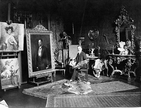 Ve svém ateliéru v červenci 1908
