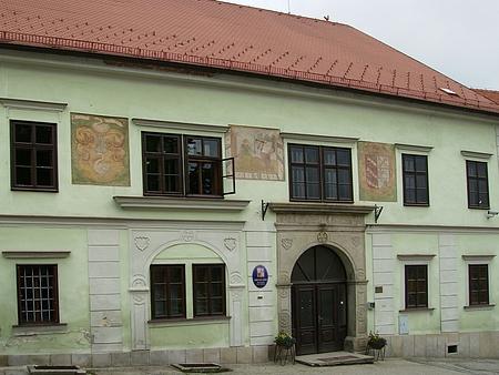 Rodným dům čp. 126 v Benešově nad Černou je radnice, jeho otec tu zřejmě měl služební byt