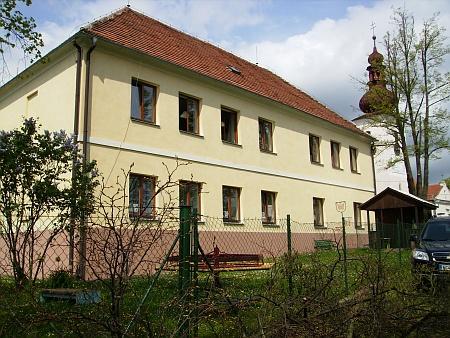 Dodnes sloužící budova školy ve Střížově z roku 1833, kde učil jeho dědeček