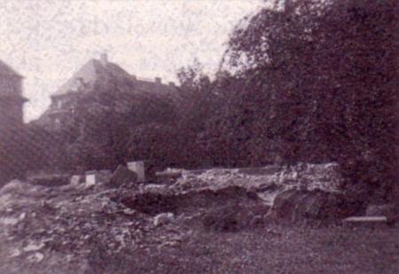 ... a jeho ruiny poté, co byl v roce 1945 vyhozen do povětří