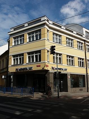 Na místě někdejšího hostince je stojí dnes bankovní dům