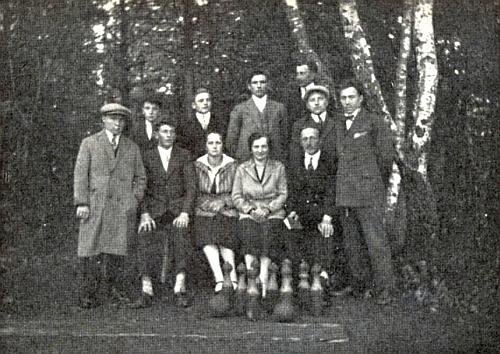 """Na tomto snímku z roku 1928, pořízeném """"při kuželně"""" u rodného Rychnůvku, je on ten sedící zcela vpravo"""