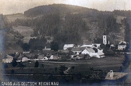 Jiná pohlednice ze zaniklého dnes Rychnůvku vzadu s vrchem U Horního Ureše (866 m)