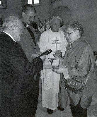 Alois Harasko jí za přítomnosti faráře Bundeswehru Siegfrieda Webera abiskupského vikáře Václava Dvořáka předává v srpnu 2006 medaili Jana Nepomuka Neumanna