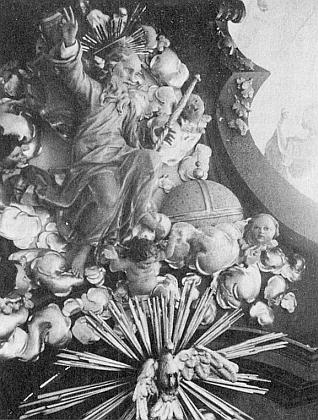 Někdejší barokní oltář a kazatelna v Cetvinách s detailem Boha Otce a holubice Ducha Svatého - na oltáři dosud trůní gotická socha Madony a na stropě nad obloukem klenby vidíme znak rodu Buquoyů