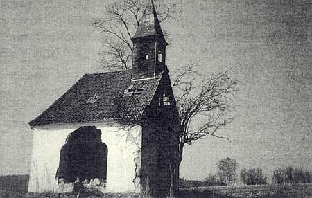 Tady zachytila svým snímkem tuto kapli, dnes už zcela rozpadlou, Gerta Schöllhammerová v roce 1990