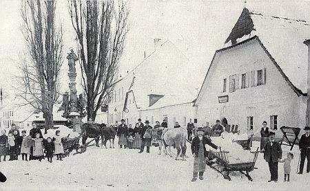 Led z Malše přivezený do Cetvin, jak vypadaly kdysi, plné lidí a dětí