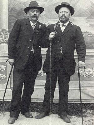 Tento snímek, zachycující vpravo cetvinského kloboučníka a obecního tajemníka Johanna Wutzla, poslala kdysi do krajanského měsíčníku s prosbou, zda někdo nezná muže po jeho boku