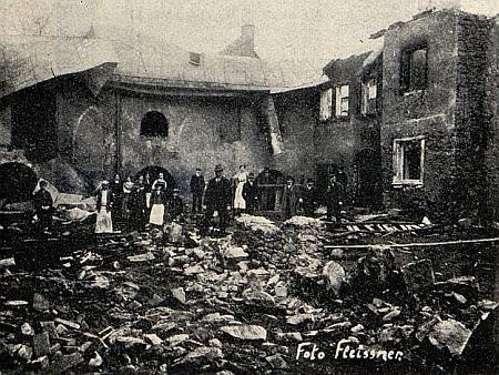 Stará tachovská synagoga po požáru v roce 1911 na snímcích fotografa A. Fleissnera