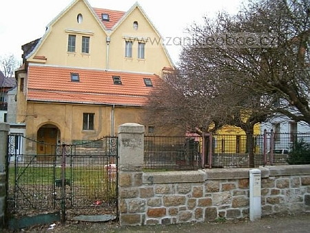 """Místo, kde """"nová"""" tachovská synagoga stávala s někdejším domem židovské obce"""