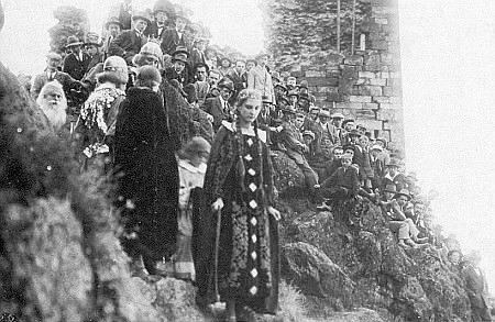 Vzácný snímek ze slavnosti konané r. 1925 k tisíciletému jubileu hradu, k níž byla napsána i Schönova báseň