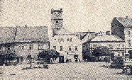 Tachov byl po válce ještě dlouho bez kostelní věže a střechy, toho už se ale řídící Schön nedožil