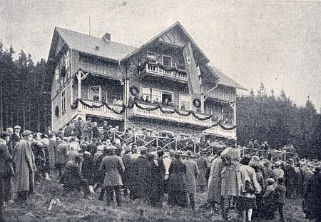 """Otevření chaty """"Tillenberghaus"""" na hoře Dyleň, označované za poslední """"šumavský"""" výběžek """"před Chebskem"""", v říjnu 1926, pouhých několik měsíců poté, co Schön v Tachově zemřel"""