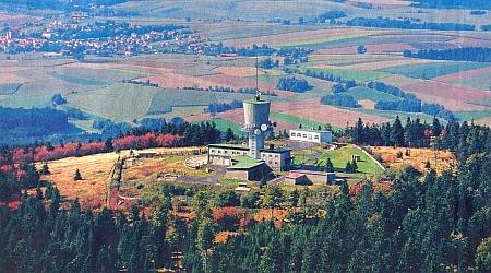 ... a památník nedávné dosud minulosti na temeni hory Dyleň, podníž se v Horní Vsi narodil