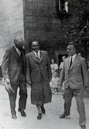 Tady kráčejí kolem Máselnice (Schmalzkasten) na nádvoří českokrumlovského zámku on a jeho zástupce Guido Knapp s tajemníkem lorda Runcimana panem Peto v roce 1938 za proslulé zdejší britské mise