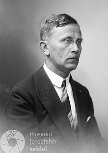 Jeho tajemník a dočasný nástupce ve funkci Guido (Quido) Knapp, který po válce zemřel     v českém vězení, na snímcích ze Seidelova ateliéru z let 1917 a 1929