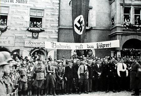 """Český Krumlov v říjnu 1938 - Ludwig Schönbauer ve svém projevu na náměstí mimo jiné řekl: """"Krumlov byl německý, Krumlov zůstane německý vždy a ve všech dobách. A že je tomu tak, za to děkujeme Vůdci."""""""