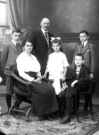 Rodina továrníka Morize Schönbauera na snímku fotoateliéru Seidel s datem 20. ledna 1916