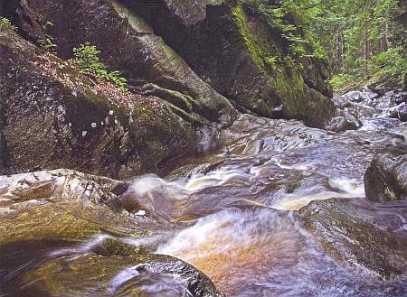 Jeho snímek z této knihy zachycuje kamennou soutěsku uSpiegelau, jíž si razí cestu vody Velké Ohe