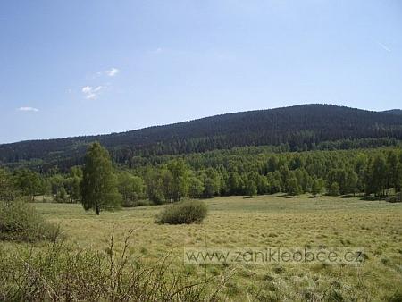 ... a dnešní pohled z téže pozice, dnes jen luka a březový les, v pozadí vrchy Lomničky a Lovečná, které tvoří hranici s Německem (viz i Georg Christof)