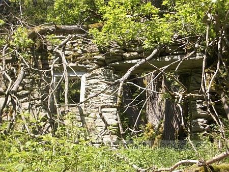 Ruiny stavení u Zadních Chalup při dnešní přeshraniční cyklostezce ze Statečku pod Ostrým až do německého Helmhofu, autor snímku Günther  Meier z Plattlingu upozorňuje na jeden jediný obrovský kámen coby překlad nad otvorem pro někdejší dveře