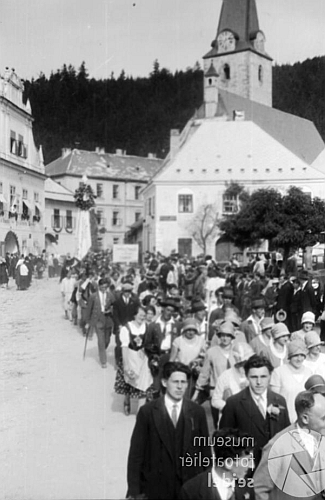 Na Seidelově snímku ze slavnosti Böhmerwaldbundu v Rožmberku nad Vltavou vzáří roku 1929 je v tmavém obleku dole vpravo (ve fotobance byl snímek zrcadlově převrácený)