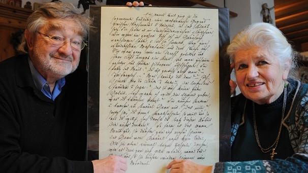 Erika Eichenseerová a její manžel Dr. Adolf Eichenseer s nově objevenými rukopisy Schönwerthových pohádek