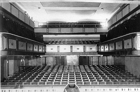 Interiér českobudějovického divadla na staré fotografii...