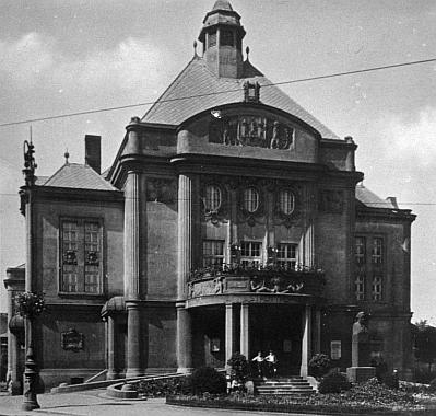Městské divadlo v Mostě na staré fotografii