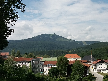 Velký Javor dnes se dvěma sjezdovkami a věžemi NATO na snímku z Bavorské Železné rudy