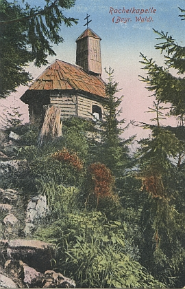 Roklanská kaple na staré retušované pohlednici má vzhled trochu jiný než dnes