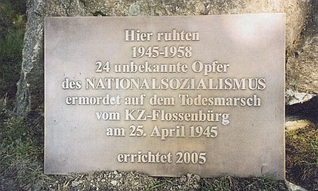 Pamětní desky obětem národního socialismu z pochodu smrti z lágru Flossenbürg v bavorském Mitterfels...