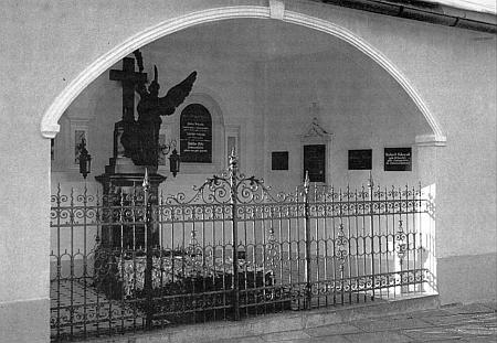 Rodinná hrobka Schrenkových při kostele v Lamu