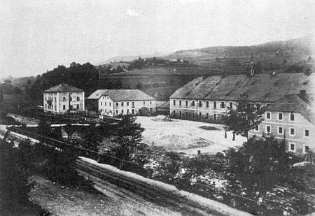 """Schrenkenthal  s """"panským domem"""" majitelovým na snímku vlevo - budova stojí dodnes"""