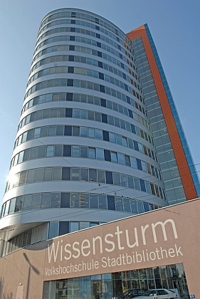 Wissensturm, tj. Věž vědění v Linci, na dvou působivých záběrech