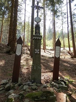 Připomínky rodu: náhrobní deska Wenzela Schreinera na kostele v Petrovicích a křížek s umrlčími prkny Josefa a Anny Schreinerových u Kochánova